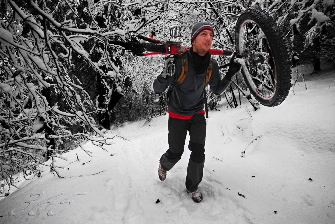 johannes-im-winter-bike-tragen